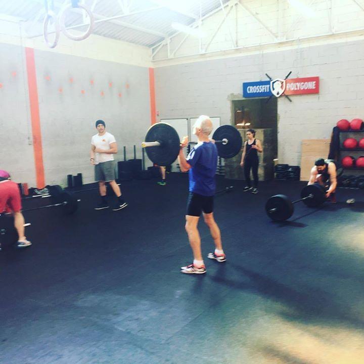 Ici un pratiquant de CrossFit sous les yeux de son coach